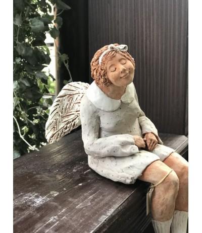 B.Figurka siedzącego Anioła