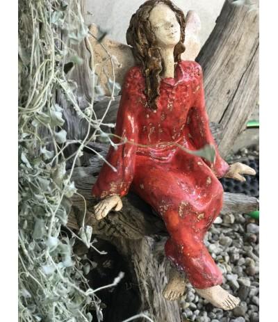 B.Anioł ceramiczny siedzący czerwień
