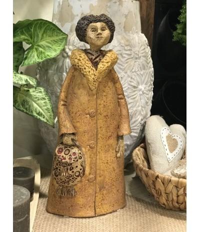 B.Postać ceramiczna - Kobieta z plecakiem