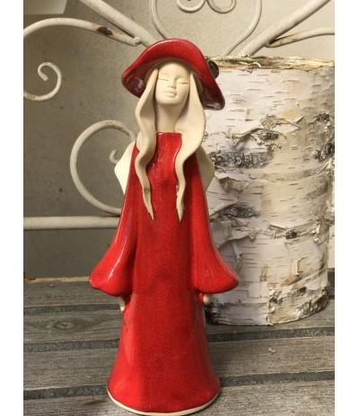 B.Anioł ceramiczny stojący w kapeluszu Czerwień