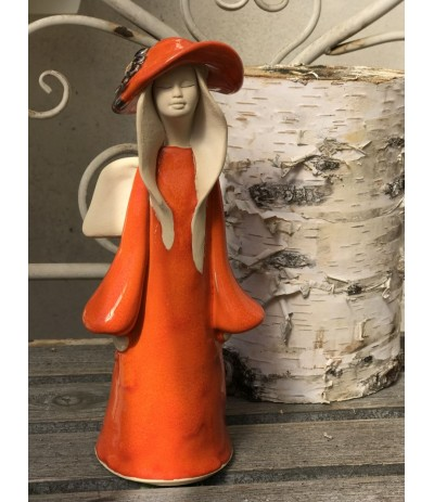B.Anioł ceramiczny stojący w kapeluszu Pomarańcz