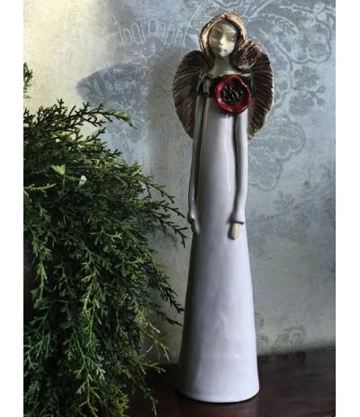 B.Anioł ceramiczny z czerwonym kwiatem